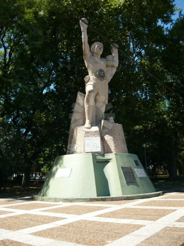 Imagen del monumento a Carlos Monzón en la costaner a de nuestra ciudad.