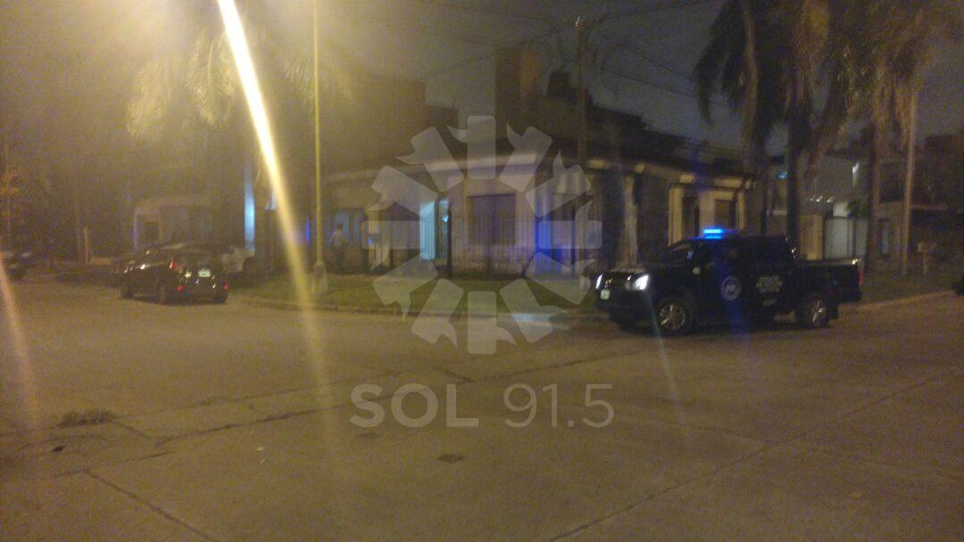 Efectivos policiales trabajando en el lugar del hecho. Foto: Agustín Porta.