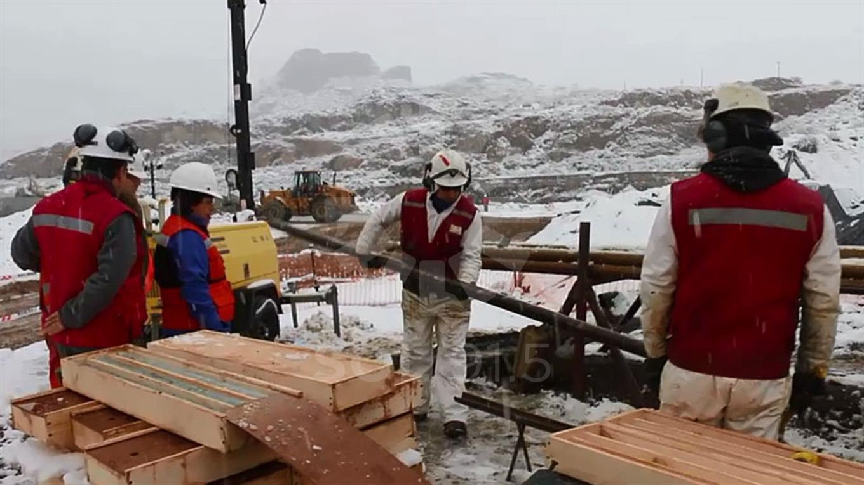 Trabajadores armando la estructura para retirar a los mineros. Fuente: La Nación.
